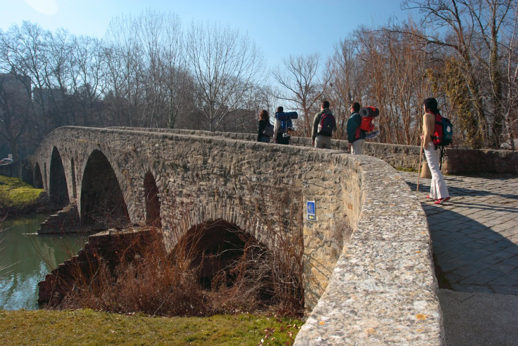 Peregrinos cruzando por el Puente de la Magdalena